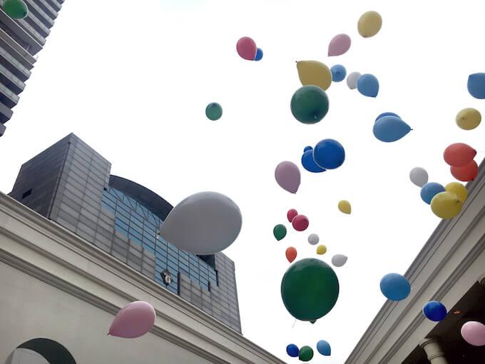 空へ飛んでいく風船