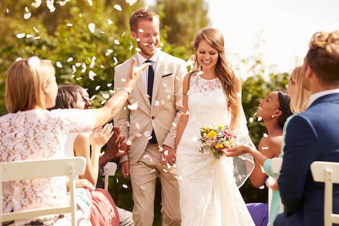 幸せそうな結婚式を挙げる新郎新婦