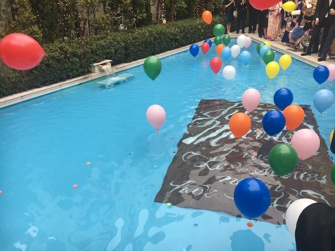 風船とプール