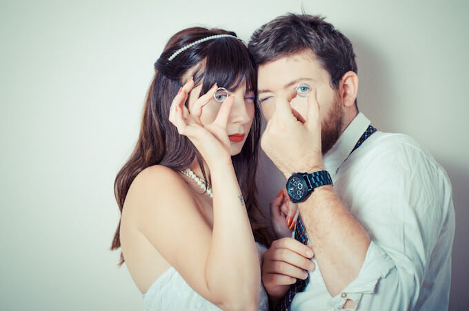結婚指輪とカップル
